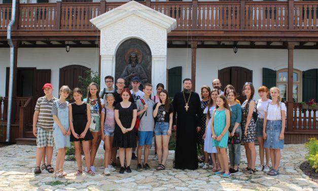 Благочинный таганрогского округа протоиерей Алексей Лысиков всретился с молодежью на подворье кельи праведного Павла