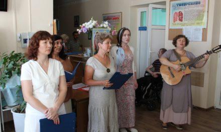 7 июля сестры Елисаветинского сестричества милосердия поздравили пациентов больницы №3 г. Таганрога с Днем семьи, любви и верности
