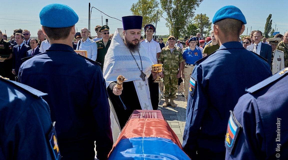 Благочинный таганрогского округа протоиерей Алексей Лысиков совершил панихиду по погибшим воинам на территории военно-исторического комплекса «Самбекские высоты»