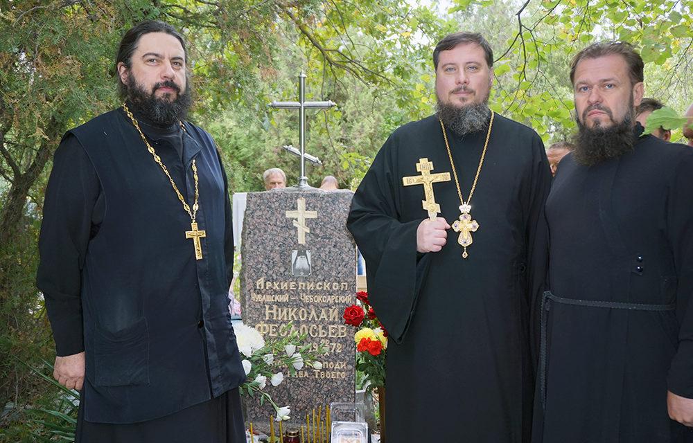 Благочинный таганрогского округа протоиерей Алексей Лысиков совершил панихиду на могиле архиепископа Николая (Феодосьева)