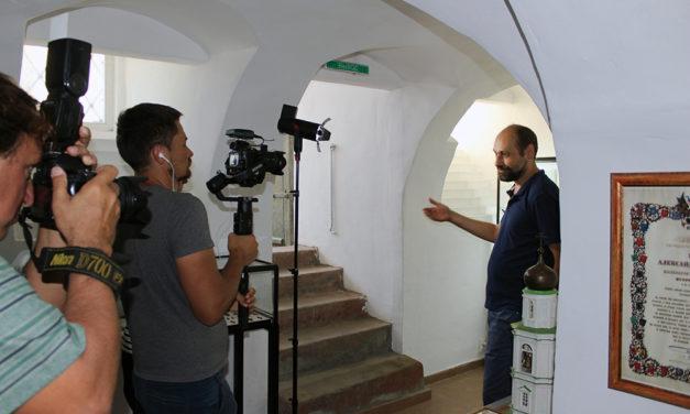 В Музее истории и культуры Приазовья при Никольском храме прошли съемки документального фильма «Путешествие по Золотому кольцу Боспорского царства»