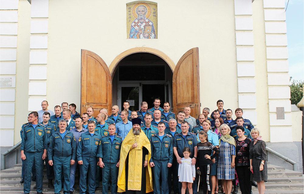 помощник благочинного Таганрогского округа по работе с Вооружёнными силами иерей Константин Галацан совершил молебен для сотрудников МЧС