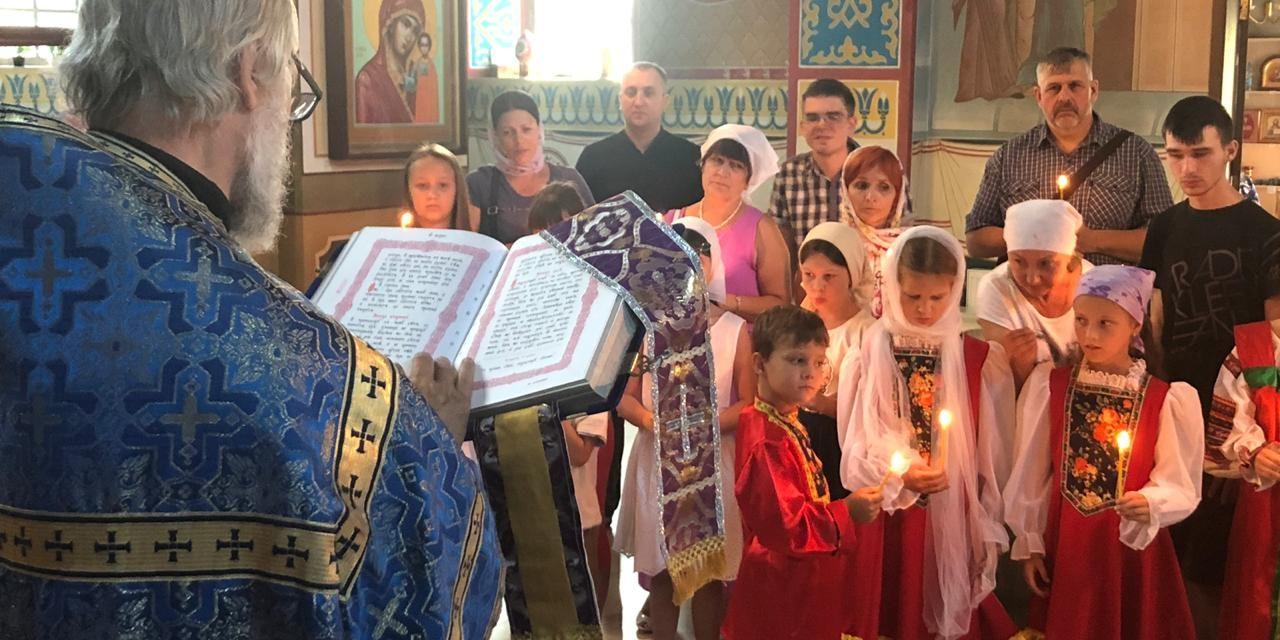 Дети и молодые люди с ограниченными возможностями здоровья г. Таганрога молились за молебном в храме Иерусалимской иконы Божией Матери