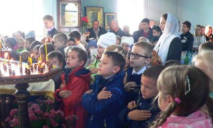 В праздник Покрова Богородицы в храме святой Марии Магдалины с. Андреево-Мелентьево учащиеся Сухо-Сарматской школы причастились Святых Христовых Таин