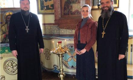 Семья благотворителей подарила маленьким прихожанам Никольского храма детский подсвечник