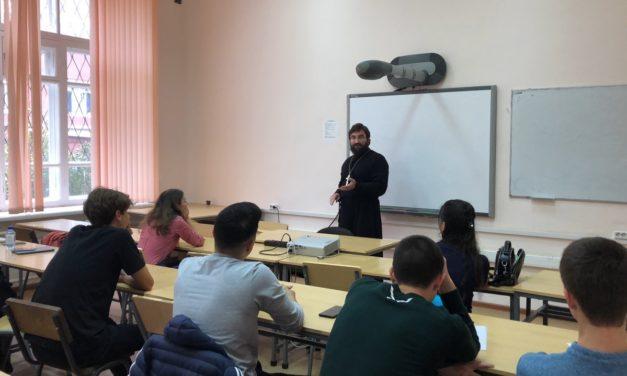 Помощник настоятеля Никольского храма по образованию провел для студентов ЮФУ лекции-беседы об этике в цифровую эпоху