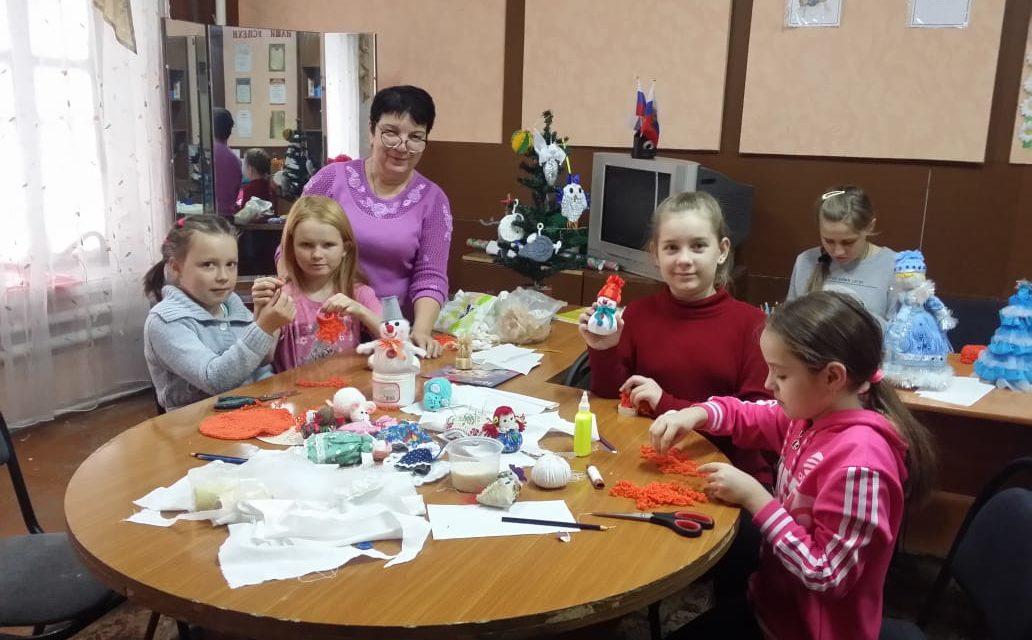 Воспитанники воскресной школы Никольского храма села Лакедемоновка готовят украшения для Рождественской елки в храме