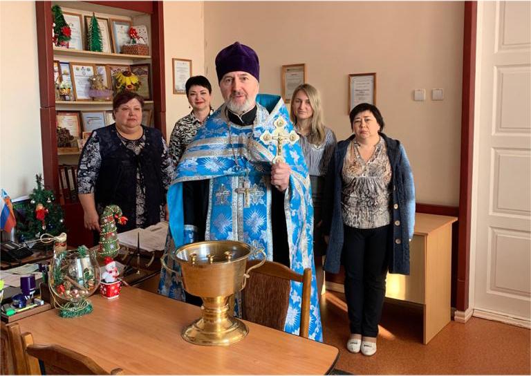 Священник храма Всех святых г.Таганрога протоиерей Виктор Левченко совершил освящение здания школы № 32