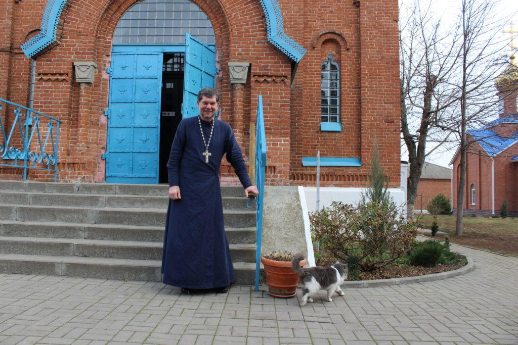 протоиерей Георгий Пневский у храма в Недвиговке