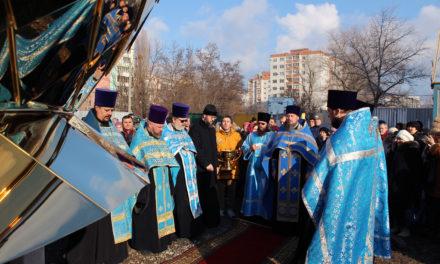Состоялось освящение и подъем купола и креста в навершие Серафимовского храма г. Таганрога
