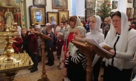 Воспитанники воскресных школ таганрогского благочиния вместе молились за Божественной литургией в Георгиевском храме