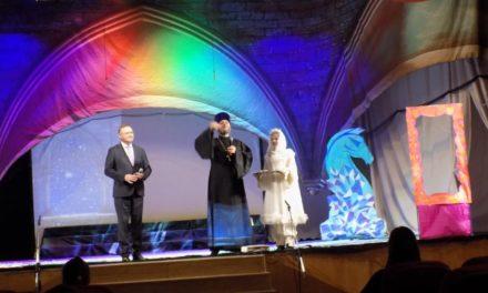 Помощник благочинного Таганрогского округа посетил благотворительный рождественский спектакль