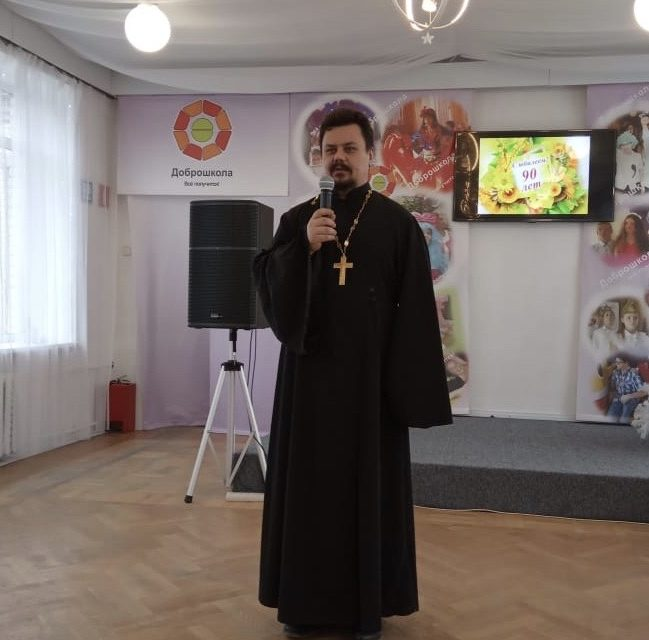 Настоятель храма преподобного Серафима Саровского посетил торжества, посвященные 90-летию школы №19 для детей с ментальными нарушениями