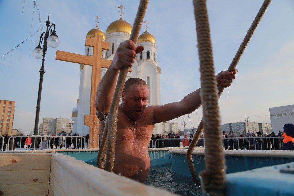 «От грехов не избавит»: Как церковь относится к купаниям на Крещение