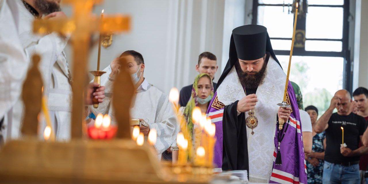 Епископ таганрогский Артемий совершил заупокойное богослужениям по погибшим сотрудникам таганрогского водоканала.