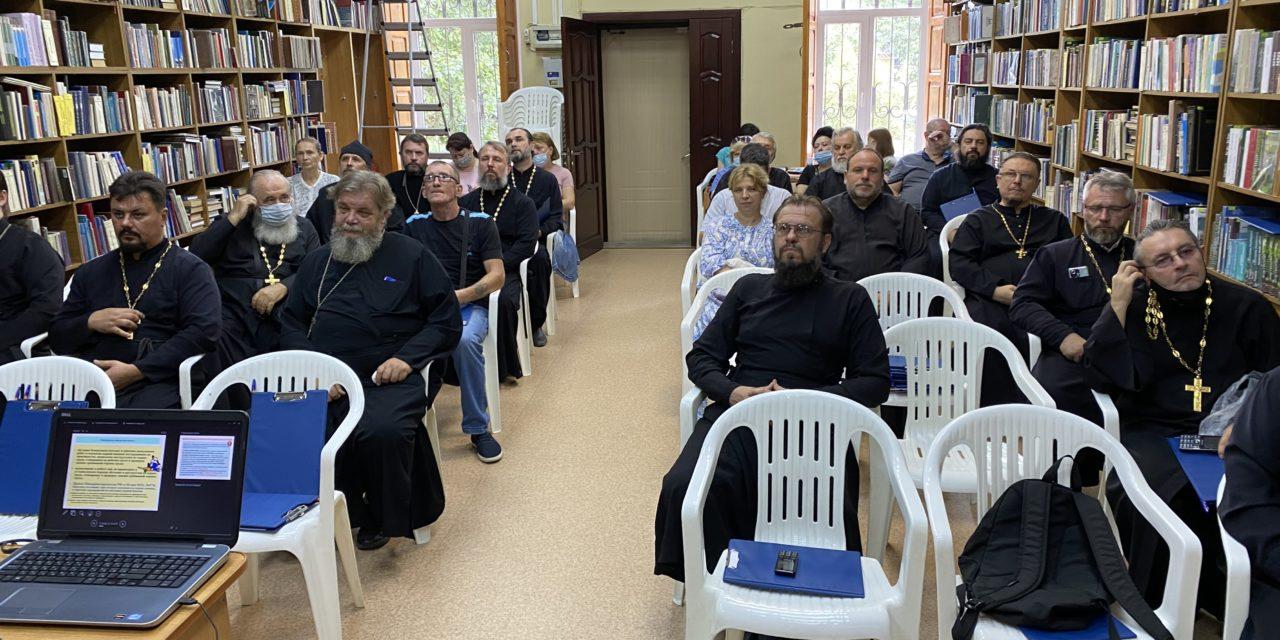 Настоятели храмов Таганрогского благочиния прошли обучение по охране труда и пожарно-техническому минимуму.