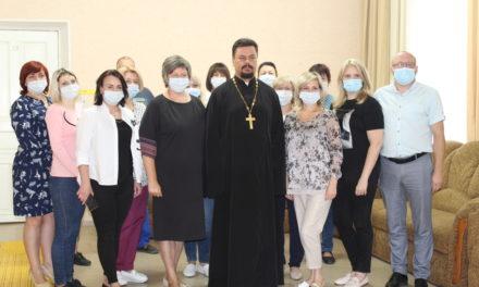 Настоятель Серафимовского прихода г.Таганрога встретился с сотрудниками Центра социального обслуживания пенсионеров и инвалидов