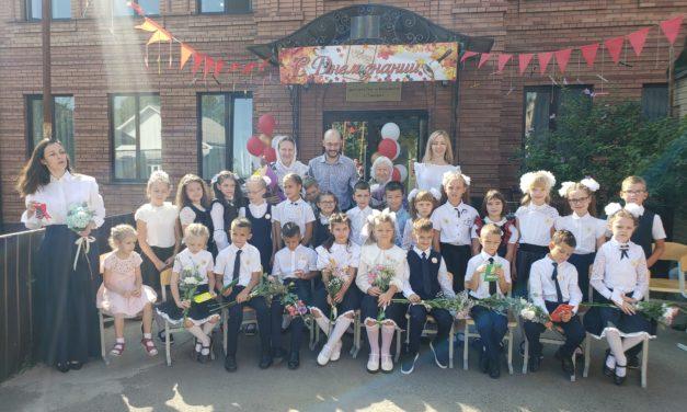 У детей прихожан Георгиевского храма г. Таганрога, обучающихся в семейных классах по программе «Русской классической школы», прошла торжественная линейка.